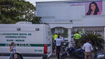 Una camioneta del Laboratorio Móvil de Criminalística de la Sijín en la sede de la senadora.