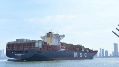 Barco con contenedores ingresando a zonas portuaria en Cartagena.