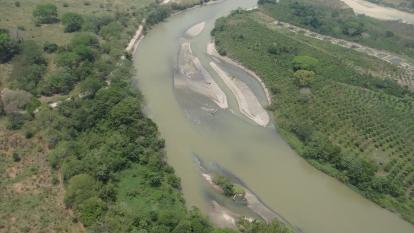 Cuerpo de agua en Santander afectado por el derramamiento de crudo.