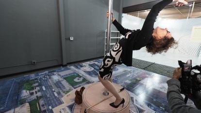 Una mujer se toma una 'selfie' simulando estar en la azotea del edificio más alto de Los Ángeles.