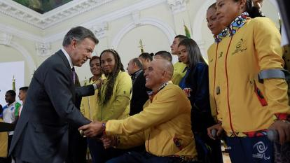 Presidente Santos, junto a varios deportistas.