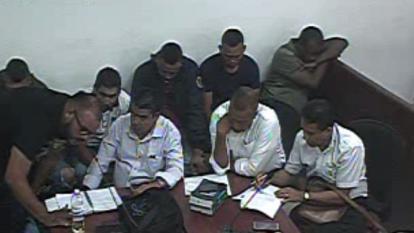 Algunos de los detenidos junto a sus abogados.