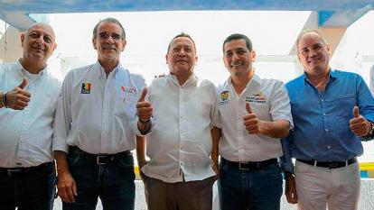 El gobernador de Bolívar, Dumek Turbay, rodeado de sus colegas de la región Caribe. Aparecen el mandatario de San Andrés y Providencia, Ronald Housni; del Atlántico, Eduardo Verano; el encargado de La Guajira, Weildler Guerra y del Cesar, Franco Ovalle.