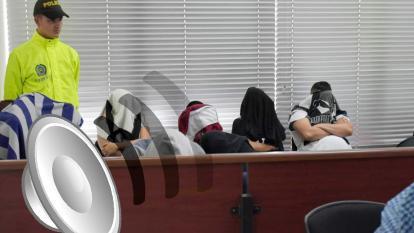 Un policía custodia a los capturados en la 'Operación Mercurio' durante una diligencia llevada a cabo esta semana en el Centro de Servicios Judiciales.