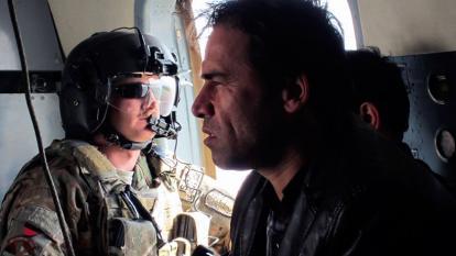 Esta foto tomada en 2013 muestra al fotógrafo de la Agence France-Presse (AFP) Shah Marai sentado en un helicóptero con un miembro de la Fuerza Internacional de Asistencia para la Seguridad (ISAF).