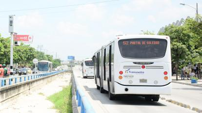 Usuarios de Transmetro rechazan cancelación de rutas durante la mañana de este martes