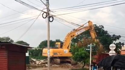 La estructura fue derribada con maquinaria.