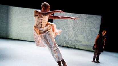 Un bailarín de la compañía de danza de Bebe Miller durante una pieza de danza contemporánea.