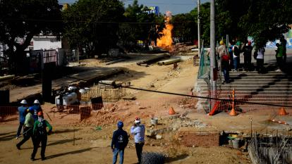 Obreros y vecinos fueron alejados de la zona durante el incendio en El Recreo.