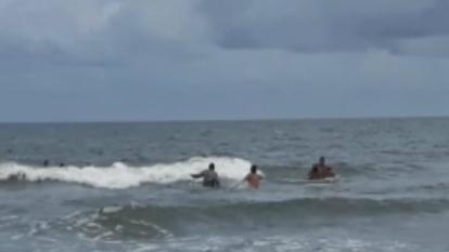 Uniformado de la Policía rescata a menor de 10 años que se ahogaba en Bocagrande