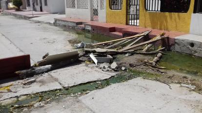 Cierran calle por alcantarilla desbordada en Las Nieves