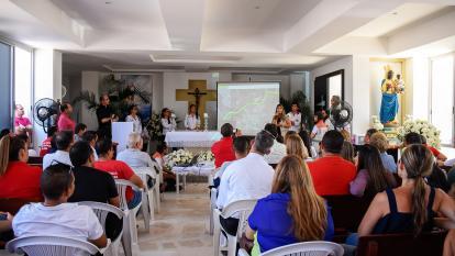 Feligreses de la iglesia San Francisco Javier reunidos con personal de la Concesión Costera e interventoría.