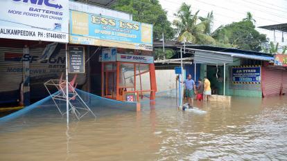 Más de 400 muertos dejan inundaciones en región turística de India
