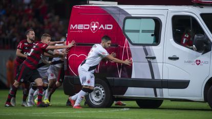 En video   Futbolistas en Brasil empujan ambulancia varada en la cancha