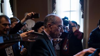 El presidente del Comité Judicial, el senador Chuck Grassley, se retira del encuentro con la prensa tras respalda la candidatura de Brett Kavanaugh.