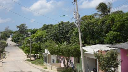 Aspecto del barrio La Esmeralda y sus redes eléctricas.