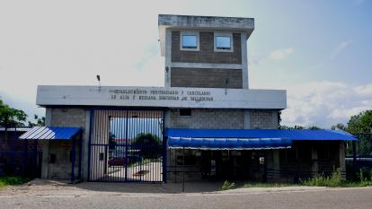 La Tramacúa, construida en el 2000 con una inversión de $25.000 millones, tiene un aforo de 1.600 reclusos.