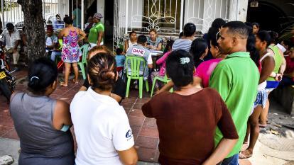 Vecinos de Rebolo hacen fila para ser atendidos por funcionarios del Dane.