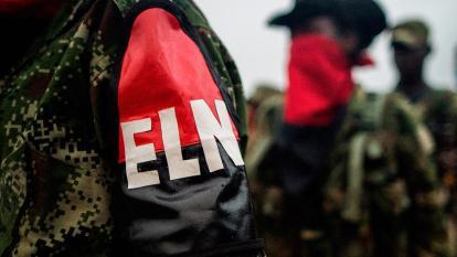 Integrantes de la guerrilla del Eln forman en un campamento en el centro del país.