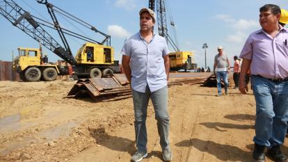 El alcalde de Barranquilla, Alejandro Char, recorre las obras de la nueva fase del Gran Malecón.