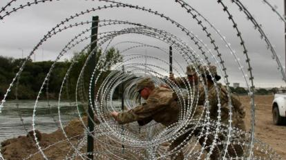 Ejército de EEUU despliega kilómetros de alambrada en frontera con México
