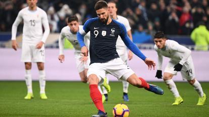 Olivier Giroud cobrando el penal que dio la victoria a Francia.