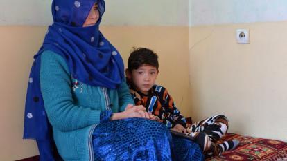Murtaza y su mamá en el refugio en Kabul.