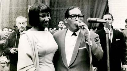 Lucho Bermúdez junto a Celia Cruz en el Cabaret Tropicana en Cuba.