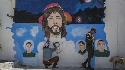 Alfredo Rojano retrata a las víctimas en un mural en la estación de policía.