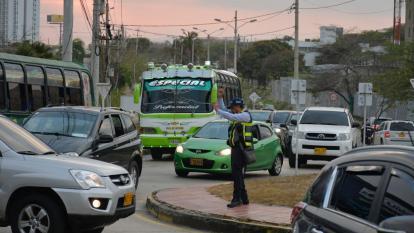 En video   Solo cuatro agentes regulan el tráfico en el Corredor Universitario