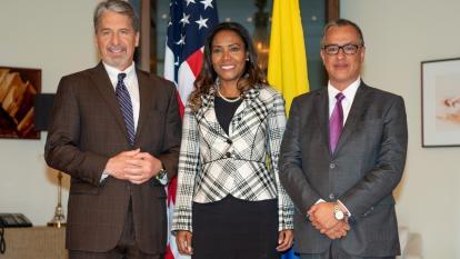 El embajador de los Estados Unidos, Kevin Whitaker, la ministra de Cultura Carmen Inés Vásquez y el director de Colciencias Diego Hernández.