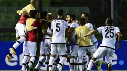 Los jugadores de Melgar abrazan al argentino Bernardo Cuesta tras marcar el gol que significó la clasificación.