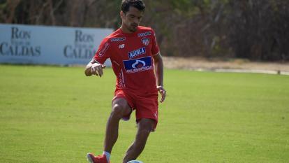Sebastián Hernández durante una práctica de Junior.