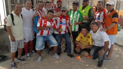 Hinchas de Junior y Nacional compartiendo juntos previo al juego entre Junior y Nacional.