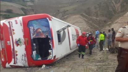 Bus se salió de la vía y se volcó: 9 muertos y 36 heridos