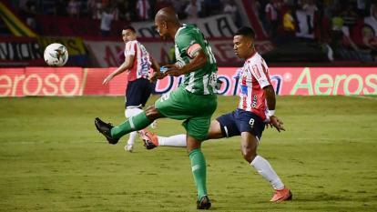 James intenta marcar la salida de Henríquez.