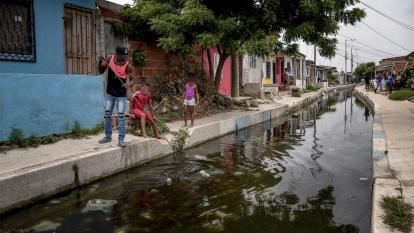 En la imagen se observan los desechos que han quedado sumergidos en el agua estancada.