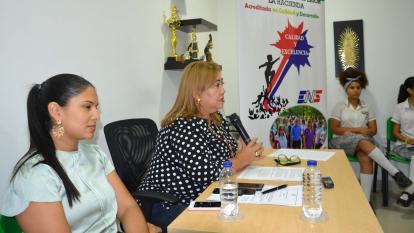 La rectora Inmaculada de Hernández explica el significado de la acreditación a los estudiantes.