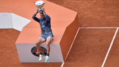 Rafael Nadal levanta el trofeo tras coronarse en el Roland Garros este domingo en París.