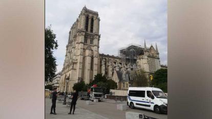 La Iglesia Notre Dame sigue cercada luego del incendio voraz que acabó con parte de su techo.
