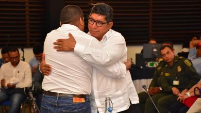 Abelardo Caicedo, alias Solís Almeida, y Óscar José Ospino Pacheco, alias Tolemaida, en pleno abrazo.