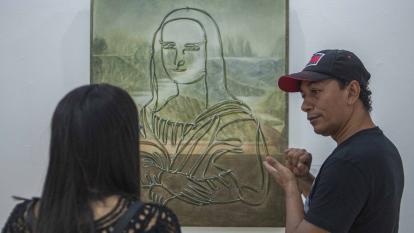El artista Wilberto Echeverría durante una visita comentada de la muestra.
