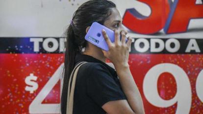 Usuaria de telefonía móvil realiza una llamada.