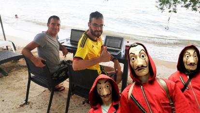 Los libretistas de La Casa de Papel durante su estadía en la isla de Barú.