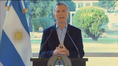Macri anuncia aumento salarial y cortes de impuestos tras revés electoral
