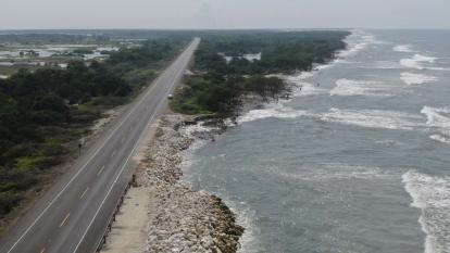 Vista panorámica del tramo del km 18 y 19 de la vía Barranquilla-Ciénaga, donde se ve la erosión costera.