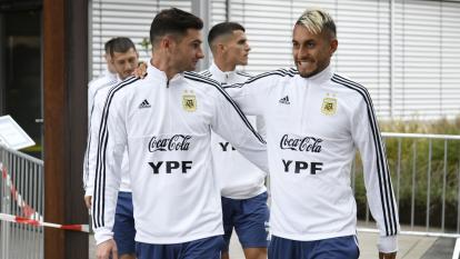 Alario y Pereyra ayer durante la concentración.