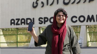 Raha Purbakhsh, periodista deportiva, muestra orgullosamente su boleta electrónica.