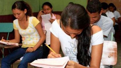 Varios estudiantes realizan una de las pruebas.