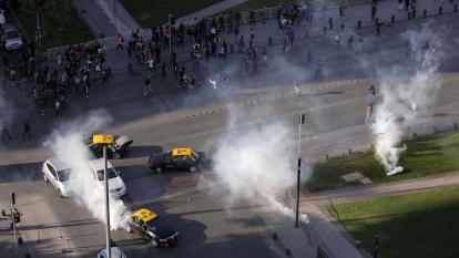 """Violentas """"evasiones masivas"""" en Metro colapsan Santiago"""